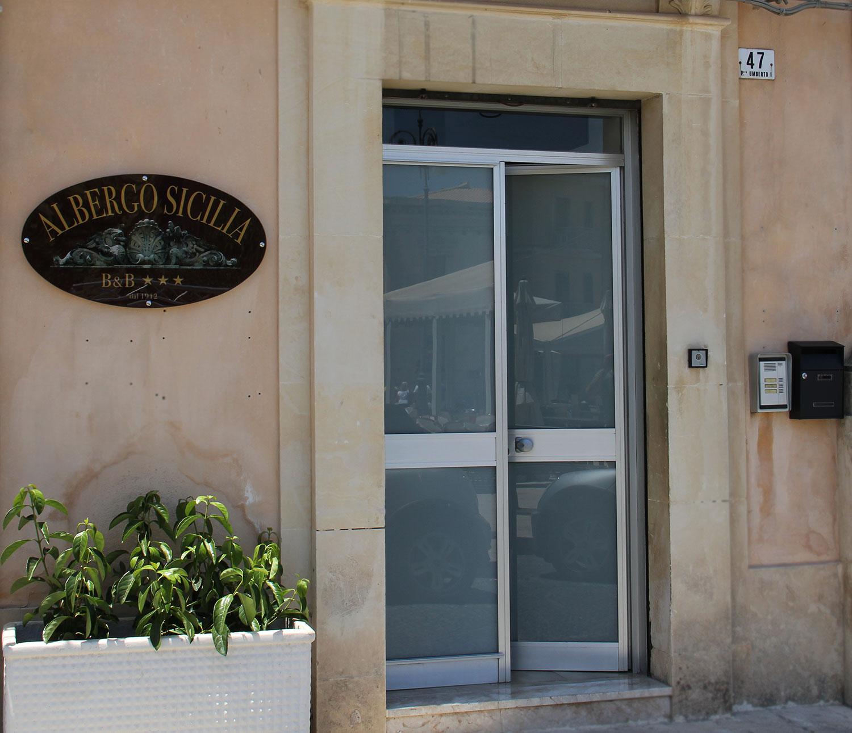 Ingresso_Bed_and_breakfast_Avola_Hotel_Sicilia_Avola_B&B_Avola_Albergo_Sicilia_Piazza_centro_mare_Rotonda_sul_Mare
